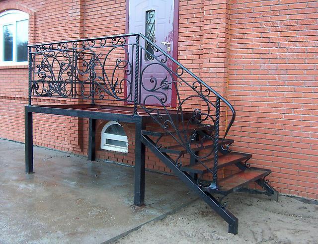 металлическая входная лестница в дом